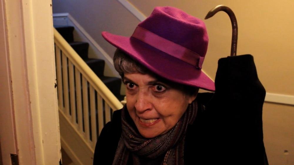 ¡La loca abuela tiene un gancho por una mano!