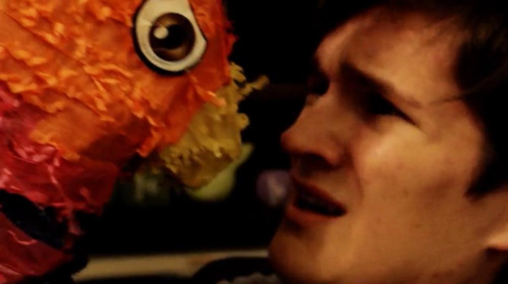 ¡La piñata asesina no puede decidir si este actor se parece más a Matt Smith o Josh Hutcherson!
